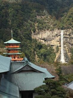 青岸渡寺の三重塔と那智の御滝