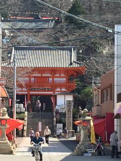 参道より紀三井寺の楼門を望む