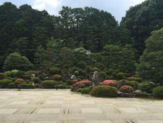 普門院前の庭園