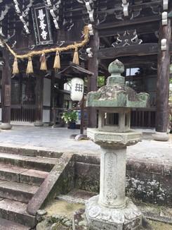 山門(西山宮門跡)前の灯籠
