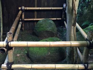 護法石(別名/弁慶のお手玉石)